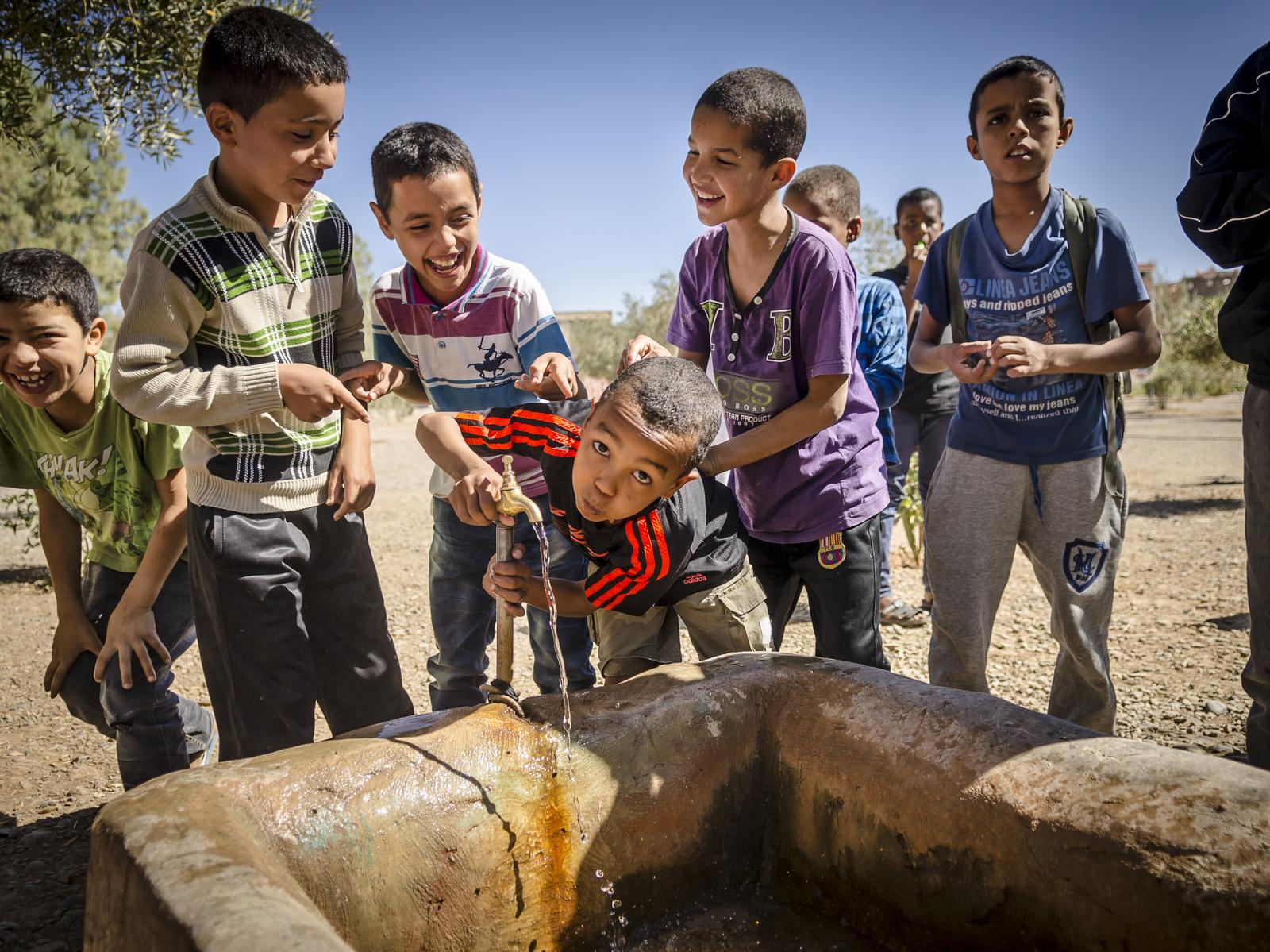 children drinking water in morocco
