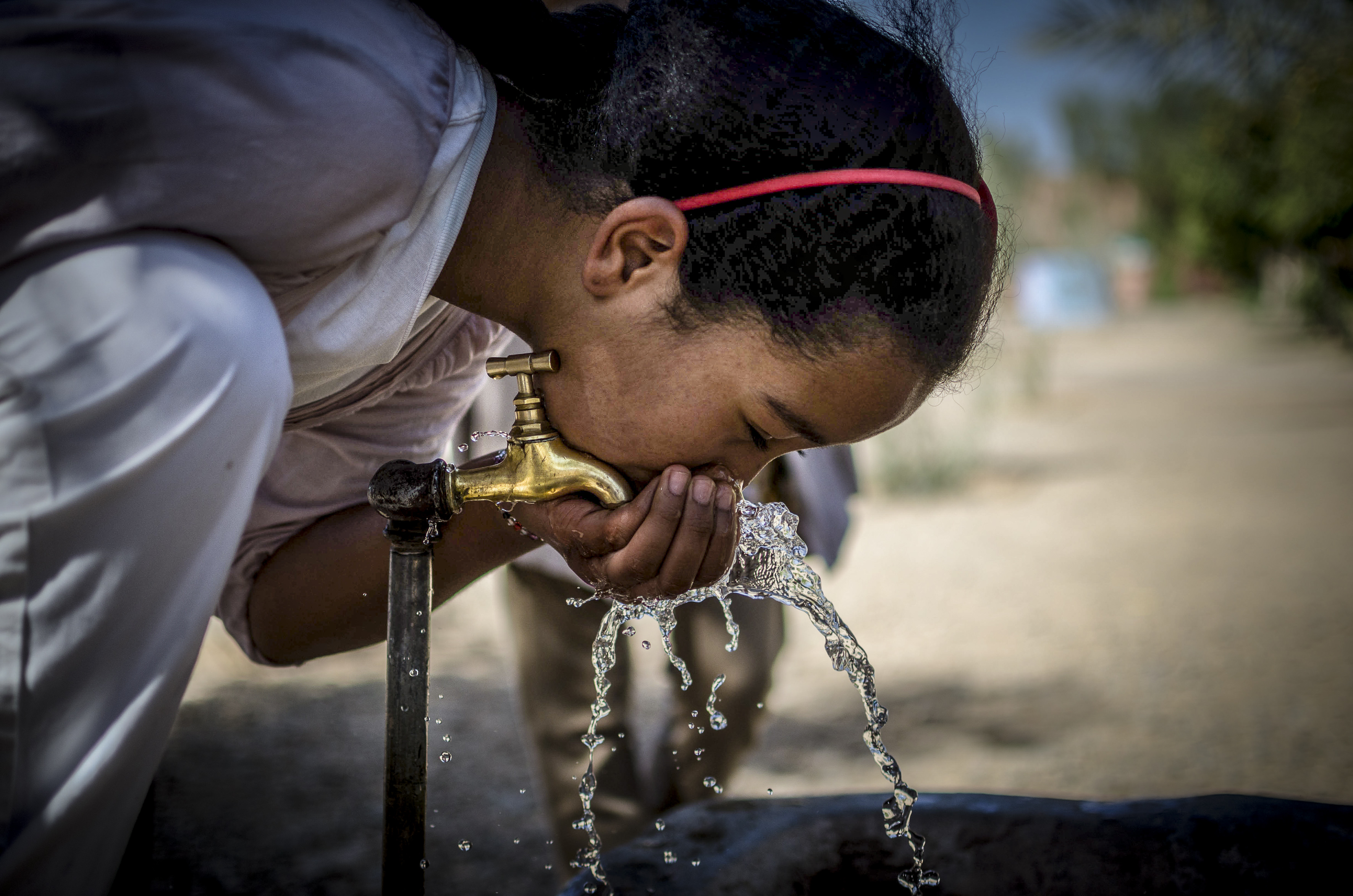 girl 2 dirnking water morocco project