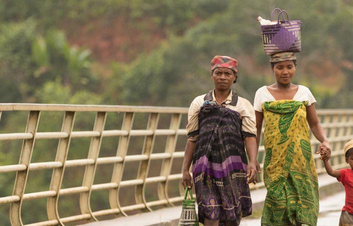 madagascar women water