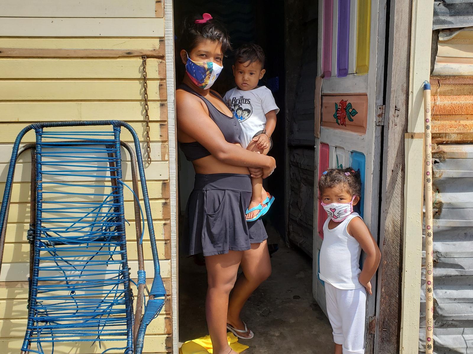 Brasil proyecto Boa Vista família delante de la puerta de su casa