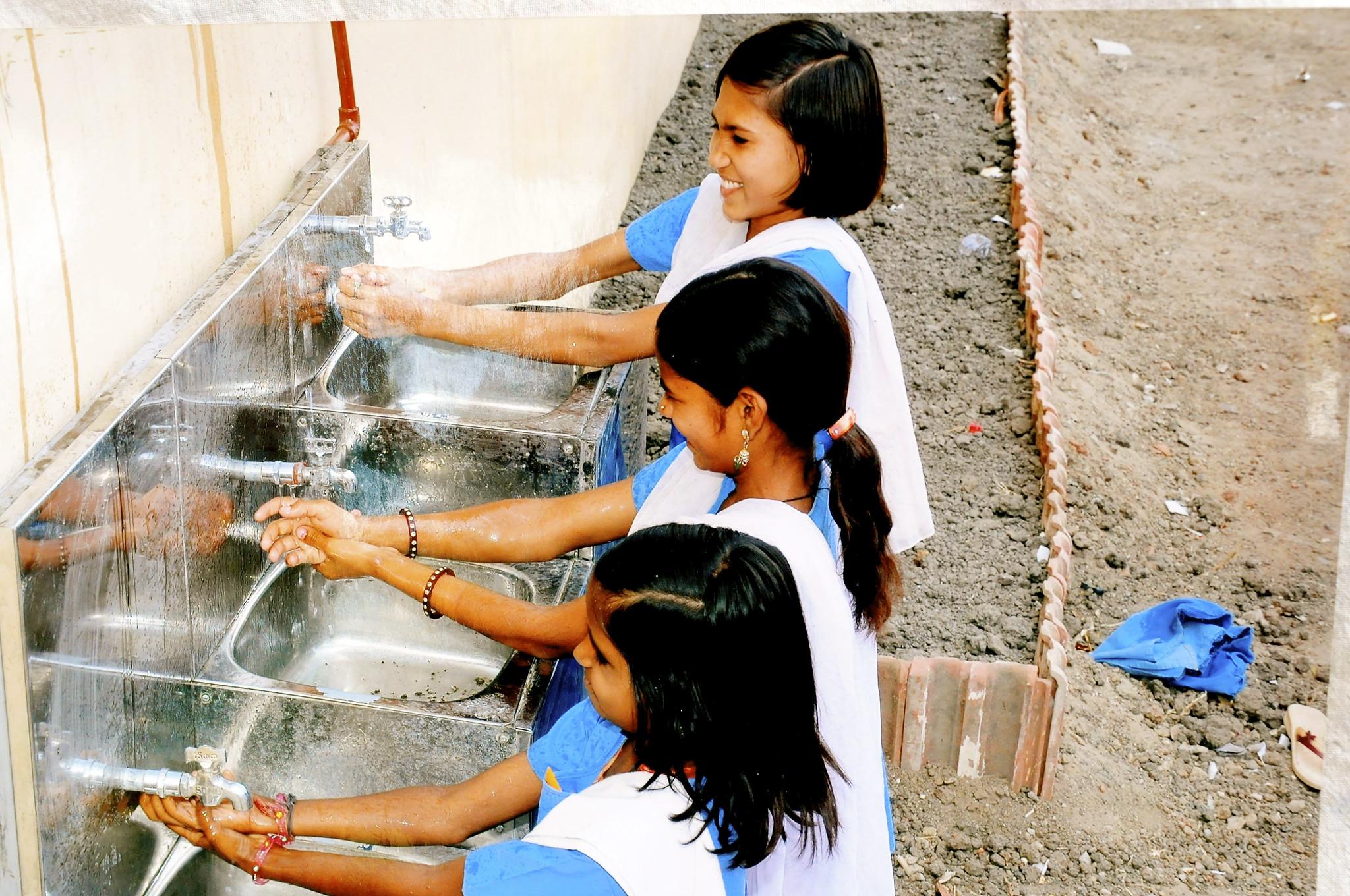 niñas lavándose las manos en la escuela