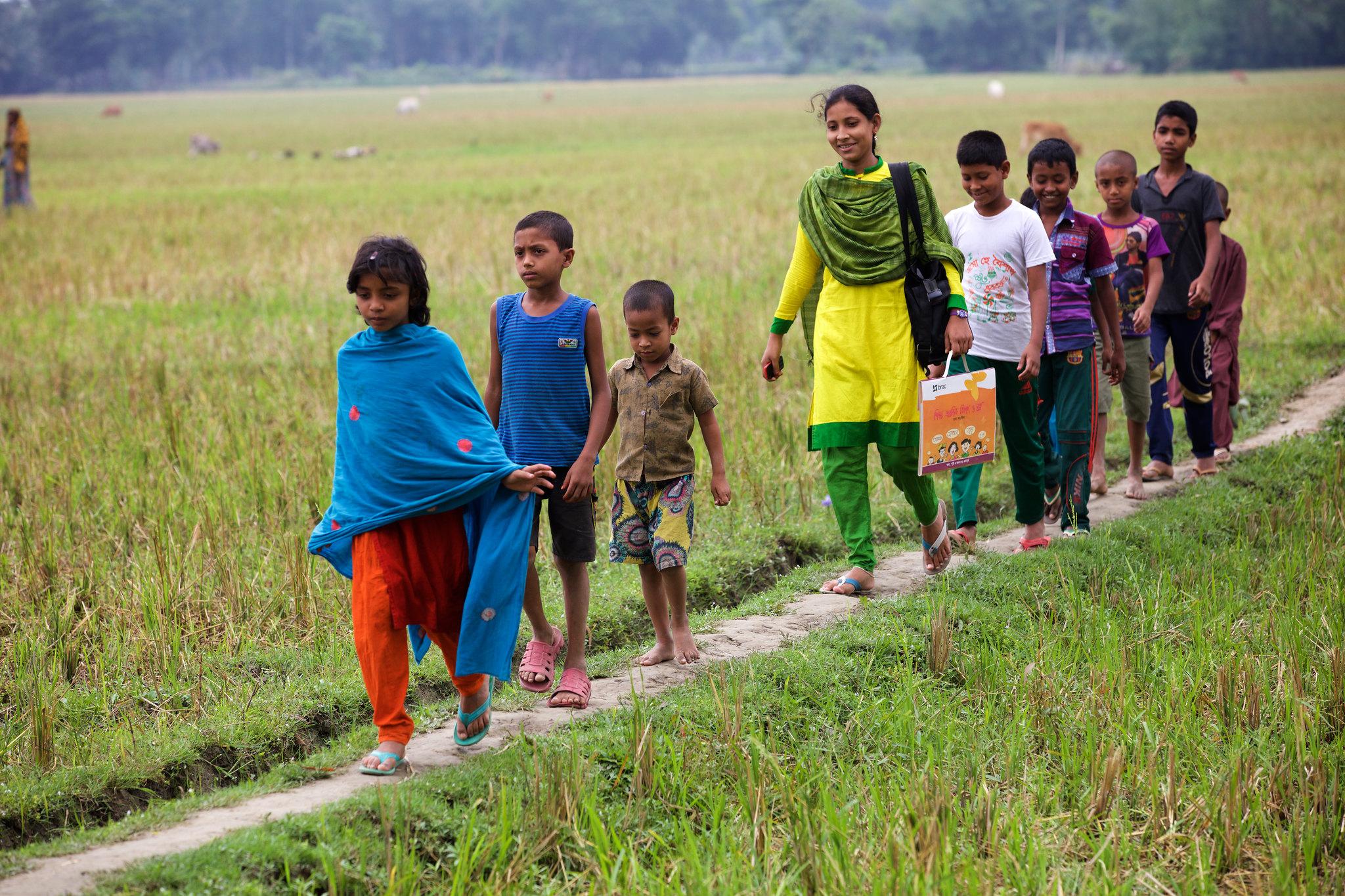 estudiantes en india camino a la escuela