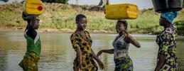 mujeres en el río cargando agua