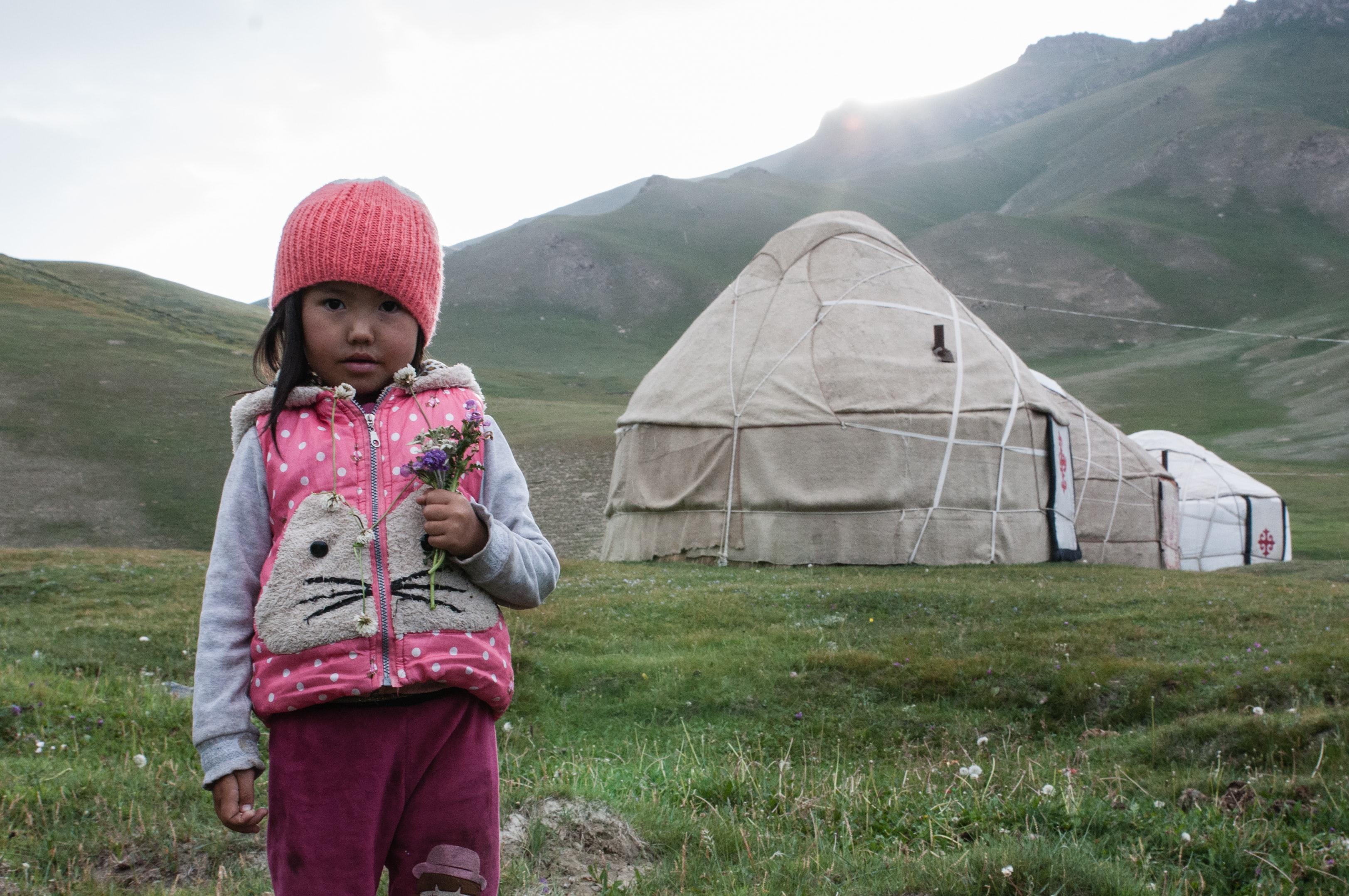 Niña en un campo de Mongolia