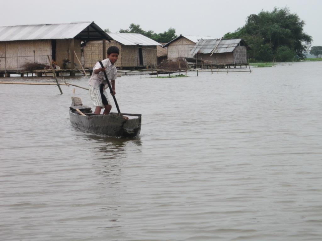 Niño remando en un bote