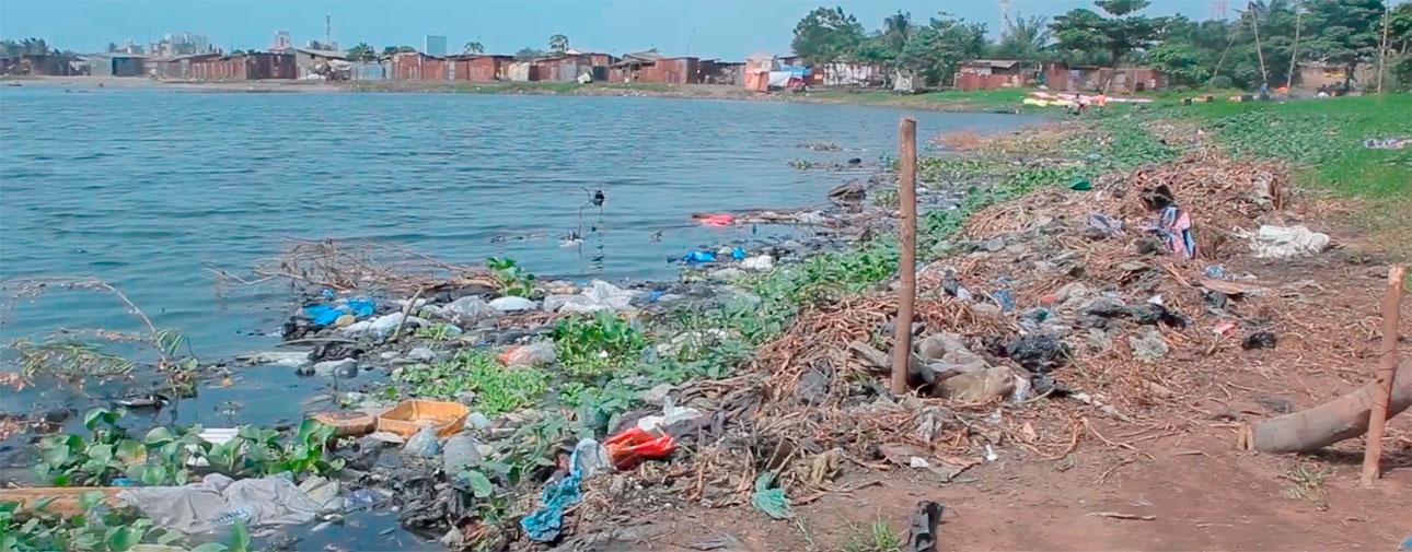 Acumulación de basura en el lago Togo